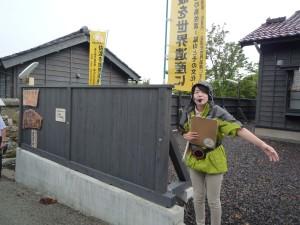 京町通りを説明の佐渡市職員の山口さん