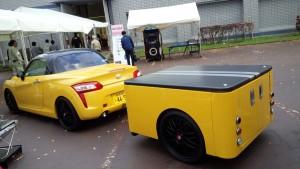 屋外の軽自動車とトレーラー